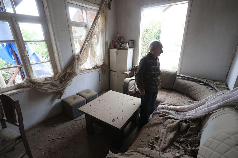 Een Armeense man in zijn huis in de stad Martuni Nagorno-Karabach. In Nagorno-Karabach zijn beschietingen onderdeel van het dagelijks leven. Beeld EPA
