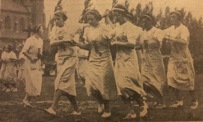 Dansende boerendochters op de landbouwtentoonstelling in Schaijk (1938). Een van de weinige 'actiefoto's' in de krant dat jaar.