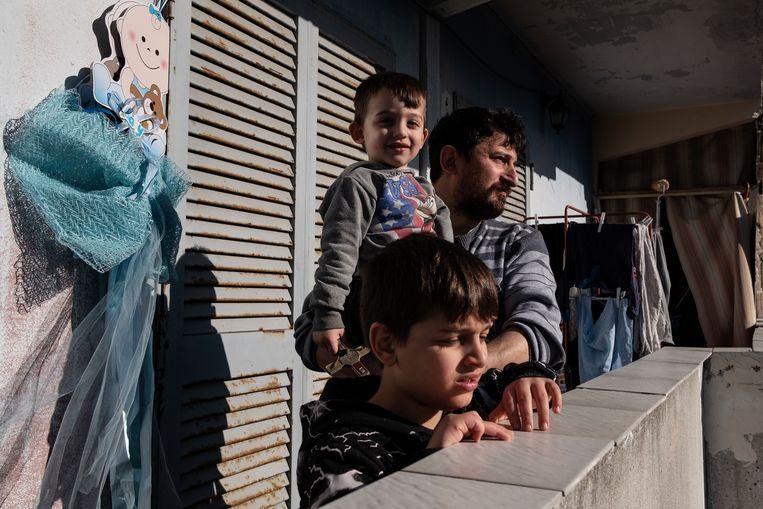 Salvatore Russo (46), een Napolitaan die met zijn vrouw en zes kinderen een kleine 800 euro per maand te besteden heeft, wat neerkomt op 3 euro per persoon per dag. Beeld Giulio Piscitelli