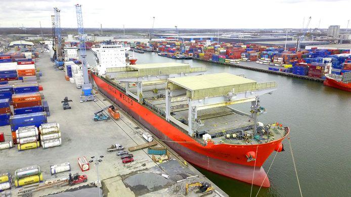 Moerdijk had vorige week de M/V Saga Fram over de vloer. Met een lengte van tweehonderd meter en een opslag van vijfhonderd containers is dat het grootste containerschip dat Port of Moerdijk ooit heeft aangedaan.