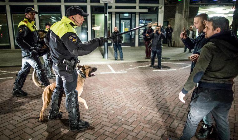 Politie maakt de straat aan de achterkant van het Turkse consulaat in Rotterdam leeg. Beeld Freek van den Bergh / de Volkskrant