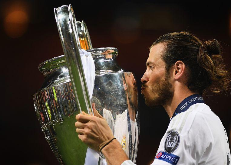 Bale kust de beker met de Grote Oren na winst in de penaltyreeks tegen Atlético. Beeld Getty Images