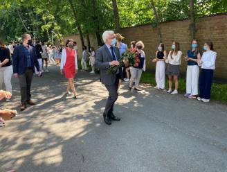 Leerlingen Sint-Lodewijkscollege vormen erehaag voor directeur Koen Seynaeve die na 32 jaar afscheid neemt
