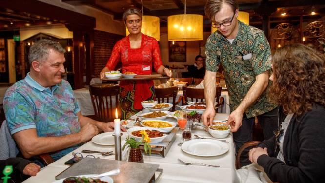 De rijsttafel speciaal past maar nét op tafel