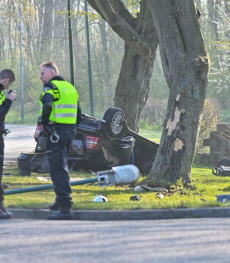 Auto vliegt over de kop in Klundert, drie jongens raken gewond