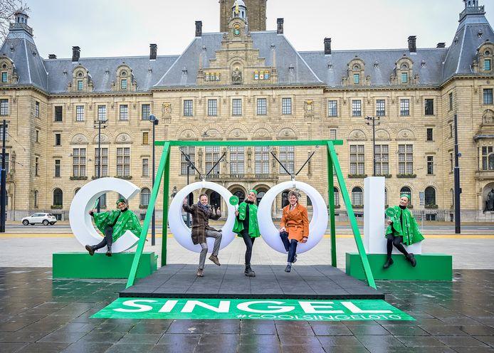 Wethouder Arjen van Gils (rechts) en architect Adriaan Geuze proberen de Coolsingel-schommel uit. De bekendste straat van Rotterdam werd zaterdagmiddag officieel heropend.