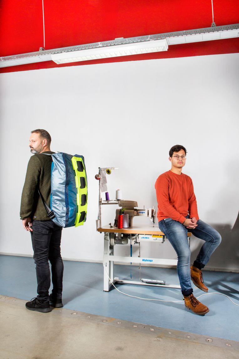 Het Shelterpak, enkele jaren geleden bedacht door Bas Timmer, werd verbeterd door Jurrie Barkel (links) en Edo de Wolf. Beeld Eva Roefs
