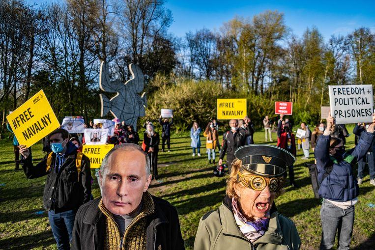 Amnesty International demonstreerde vorige week in het Vondelpark in Amsterdam voor de vrijlating van Aleksej Navalny. Beeld Joris van Gennip