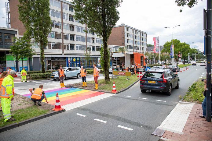 De regenboogoversteek bij het busstation.