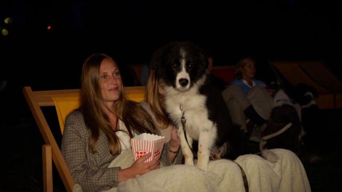Een bezoeker van een openluchtcinema geniet van de film.