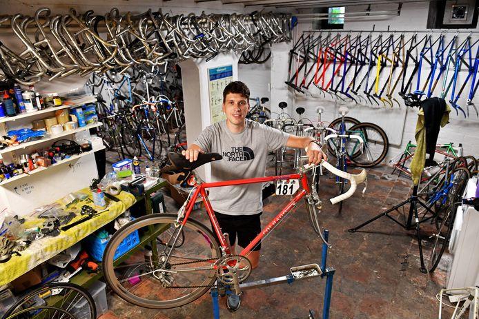 Dirk-Jan Wiebe restaureert oude racefietsen.