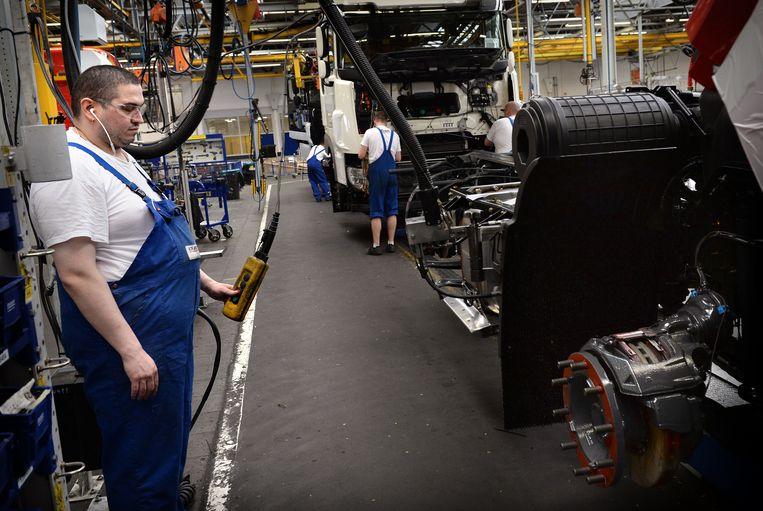 Medewerkers van vrachtwagenfabrikant DAF in Eindhoven bezig met de assemblagelijn. Beeld Marcel van den Bergh