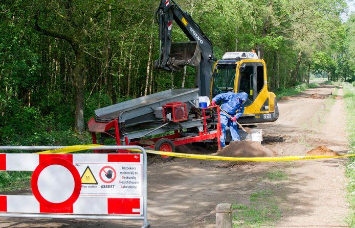 Mannen in 'maanpakken' doen onderzoek in bermen langs onder meer de Wienerbentelerscheidingsweg in 2011.