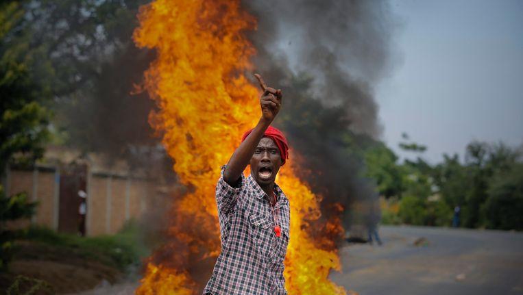 Een demonstrant in Burundi. Beeld EPA