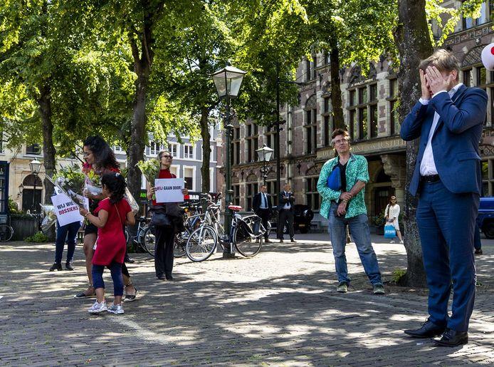 Juni dit jaar: Kamerlid Pieter Omtzigt (rechts) bij een demonstratie van gedupeerden op het Plein voor de Tweede Kamer in Den Haag.