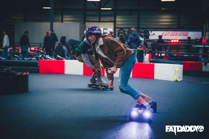 Elektrische skateboards zoemen over kartbaan Van der Ende Racing Inn.