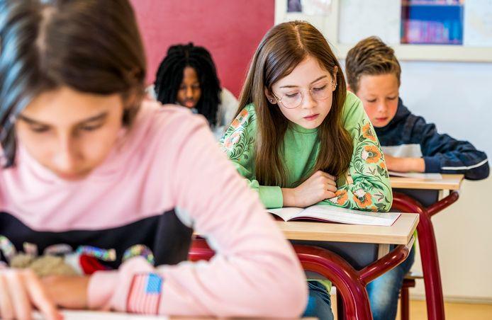 Leerlingen van groep 8 van een basisschool buigen zich over de eindtoets. Zij-instromer Bas Kleinhout verwijt het onderwijsveld gebrek aan empathie en betrokkenheid.