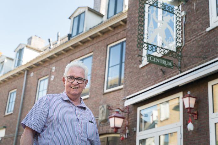 Frits Post, uitbater van café 't Centrum bij het vernieuwde uithangbord.