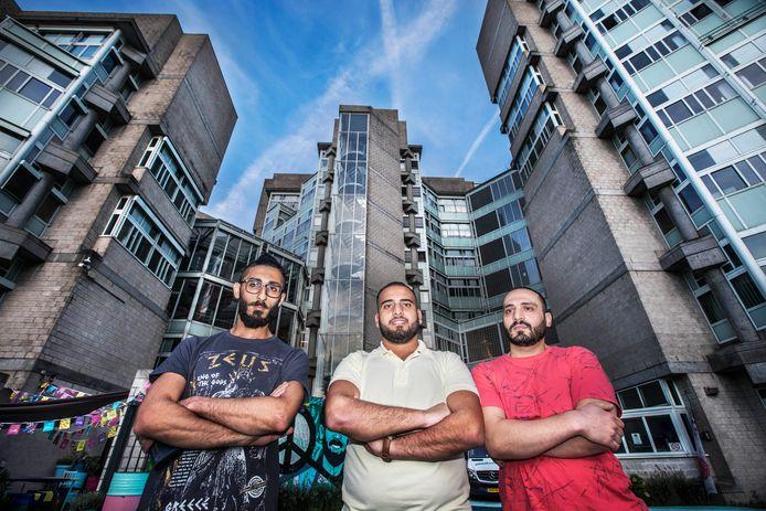 V.l.n.r  Kinan, Mahmoud en Zouher zijn het helemaal zat dat bewakers  zomaar onaangekondigd hun kamers binnenkomen.