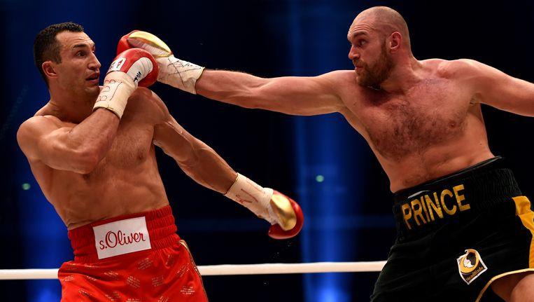 Tyson Fury won afgelopen zaterdag nog de kamp van Vladimir Klitschko (links). Beeld AFP
