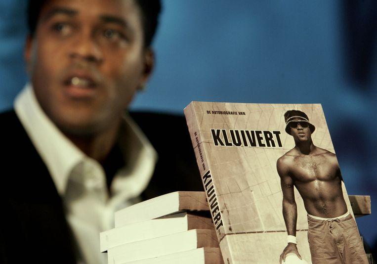 Samen met Telegraafjournalist Mike Verweij schrijft Kluivert in 2006 zijn biografie. Beeld ANP