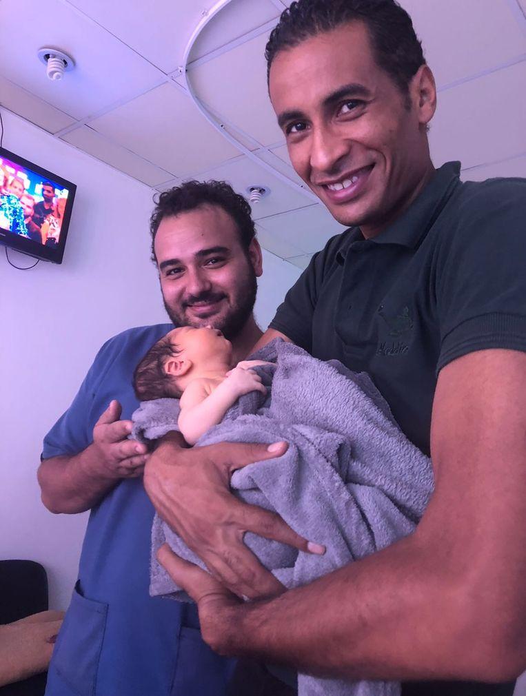 De dokter en een medewerker van het Aladdin Beach Resort in Hurghada met Yassin.