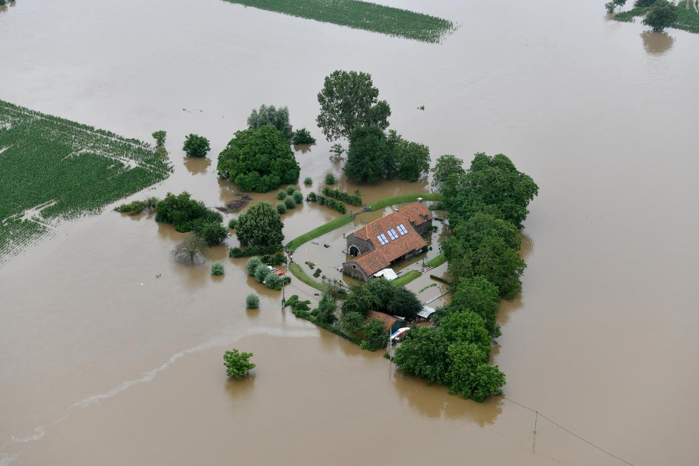Luchtbeeld van een huis in Heppeneert tijdens de voorbije watersnood. Beeld Photo News
