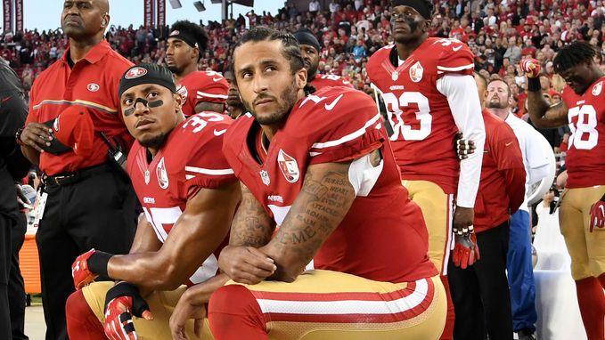 Eerste American football-speler die knielde uit protest tegen geweld tegen zwarte Amerikanen vindt geen club en klaagt NFL aan