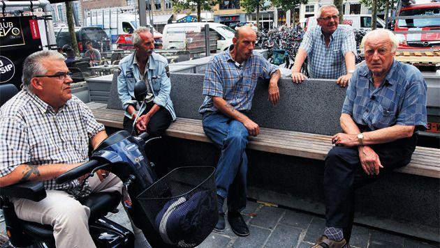 Ruud de Kubber (midden), Oude Peter (rechts) en drie andere 'bankzitters' op de tijdelijke locatie van 'hun' bank.