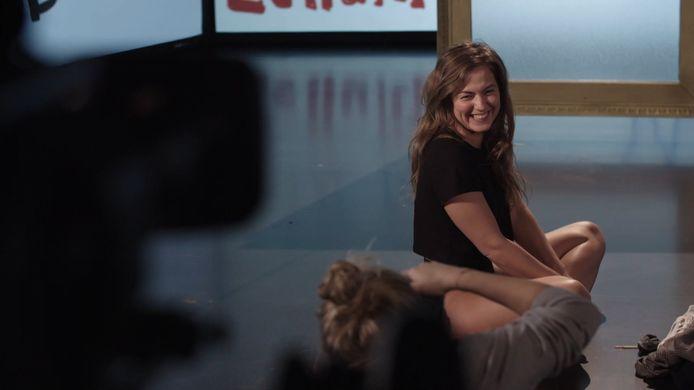 Frances Lefebure toont haar cellulitis voor de camera in 'Make Belgium Great Again'.