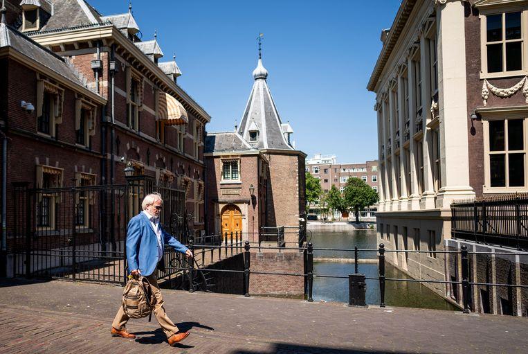 Jaap van Dissel (RIVM) passeert het Torentje nadat hij op bezoek is geweest bij het ministerie van Algemene Zaken in Den Haag.  Beeld Freek van den Bergh