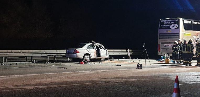 Volgens lokale media kwam de 29-jarige spookrijder om het leven en werden de twee bestuurders van de Belgische bus en nog een tweede chauffeur afgevoerd naar het ziekenhuis. Beeld Kreuznach112