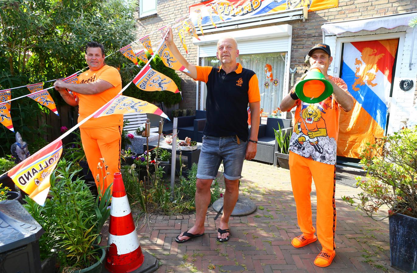 Dit is nog niks: Wim van Doesburg (rechts) gaat zijn huis aan de J.C Pieckstraat in Werkendam zaterdag nog verder versieren. Ook Henri van den Heuvel (links) en Hans Stout doen enthousiast mee.