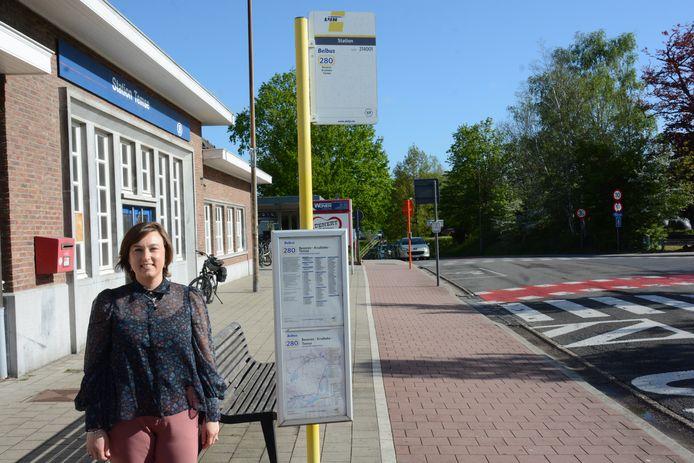 Schepen Lieve Truyman aan het station van Temse waar de Hospitaaltaxi een halte krijgt.