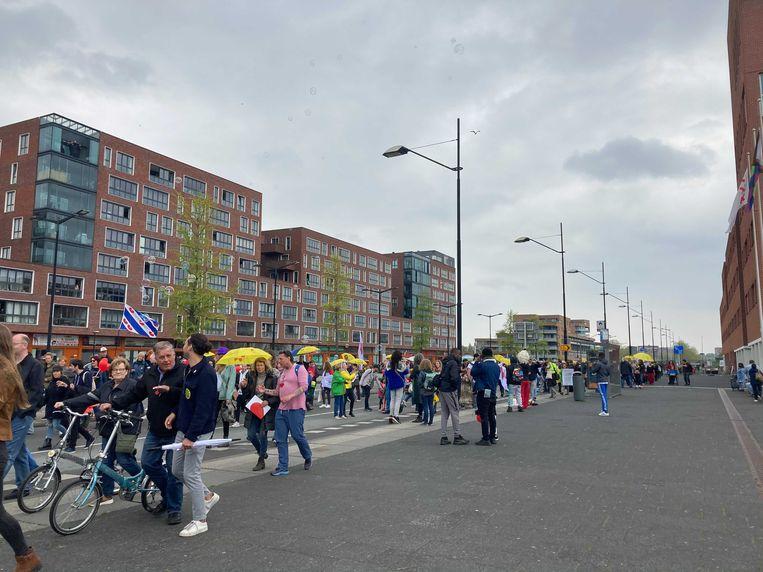 De betogers lopen van het Arenapark via de Flierbosdreef en het Anton de Komplein naar de Amsterdamse Poort om weer terug te komen op het Arenapark.  Beeld Het Parool