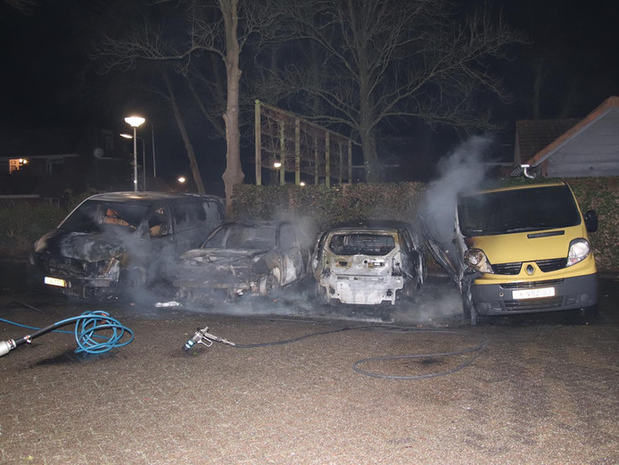 Auto's door brand verwoest op Hogewerf in Wouw