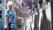 """Oma Bea (68) hangt lintje aan Kraanbrug voor elke dag ze kleinzoon niet ziet: """"Ik stop pas wanneer ik hem weer mag knuffelen"""""""