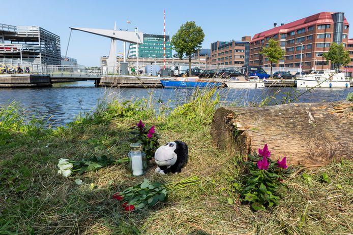 Op de noodlottige plek bij de Trekvliet ter hoogte van de Schepradstraat waar de zesjarige Nathy in het water viel werden bloemen en een beertje neergelegd.