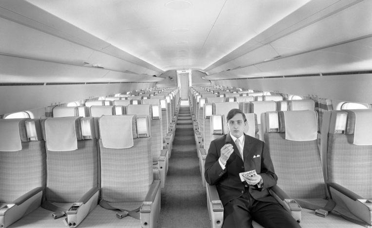 Johan Cruijff op de eerste rij van een DC-8, met een zakje Treets, 1968. Beeld Wim Meischke/MAI