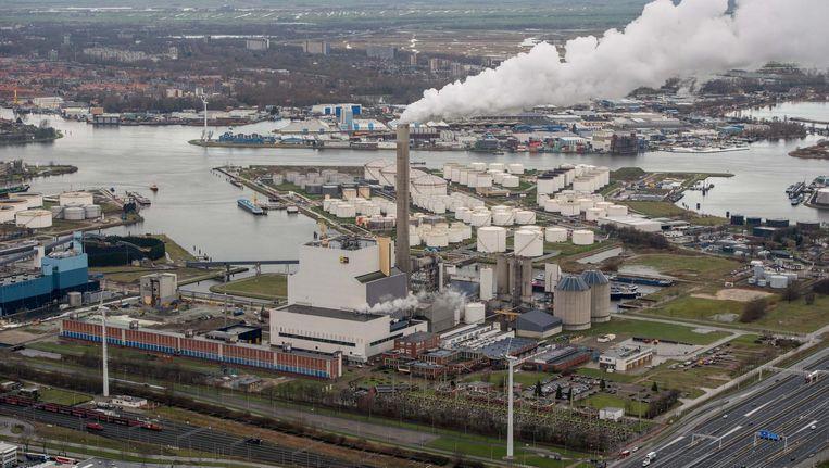 De Hemwegcentrale bestaat uit twee eenheden, een nieuwe gasgestookte centrale Hemweg 9 en een kolengestookte Hemweg 8. Beeld anp
