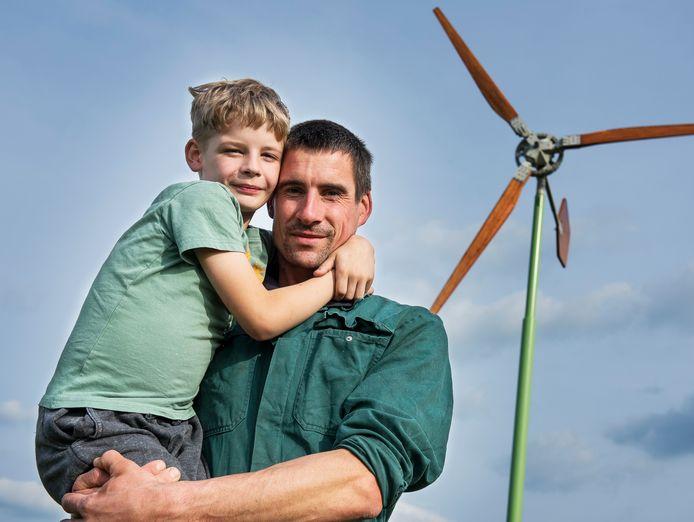 De Woerdense Hugo Spruit, hier met zoon Ramon (7), wil een eigen windmolen op zijn erf, maar is afhankelijk van de medewerking van de gemeente Bodegraven.