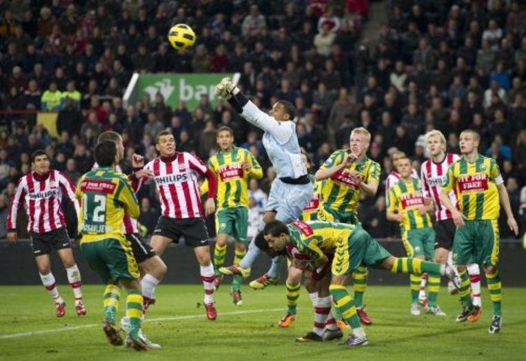 ADO-doelman Gino Coutinho (M) slaat de bal weg in de wedstrijd tegen PSV. ANP Beeld