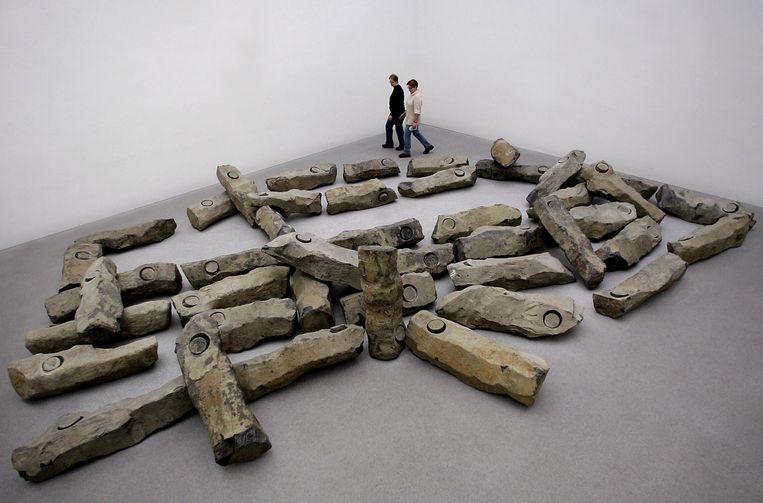 Het gat met de ronde steen zorgt ervoor dat je de basaltzuilen van Das Ende des 20. Jahrhunderts als menselijke figuren ziet. Beeld Hollandse Hoogte