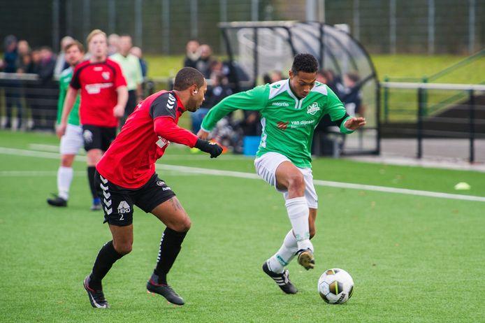 Baronie-IFC (amateurvoetbal) Baronie spelerJason Tjien-Fooh in duel met Nico Ramos van IFC