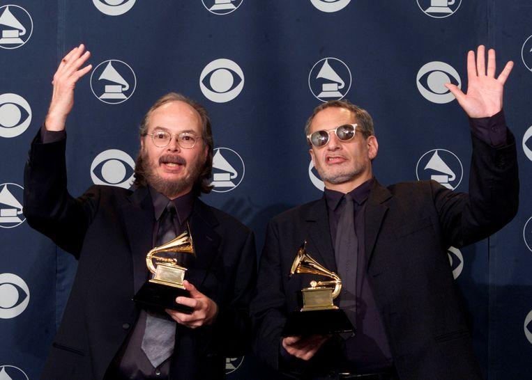 Steely Dan-leden Walter Becker (L) en Donald Fagan (R) wonnen Best Pop Vocal Album voor Two Against Nature tijdens de 43ste Grammy Awards-uitreiking in Los Angeles. Beeld REUTERS