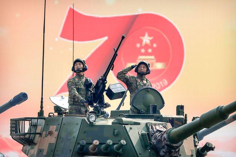 Boordschutters van een tank salueren tijdens een parade ter gelegenheid van 70ste verjaardag van de Volksrepubliek China. Beeld AP