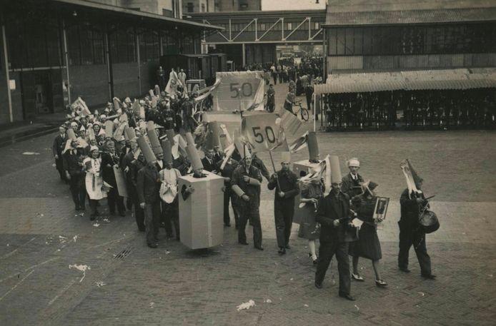 Feestelijke optocht bij het vijftigjarig bestaan van Philips in Eindhoven in 1941. FOTO EINDHOVEN IN BEELD