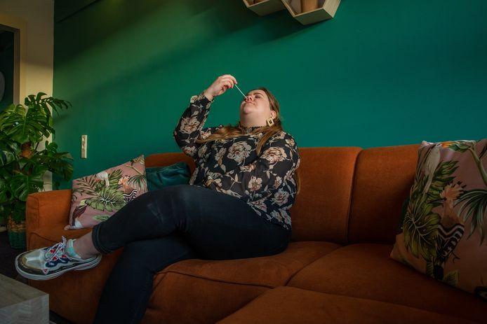 Een docent doet in haar woning een zelftest voor Corona. De uitslag was overigens negatief.
