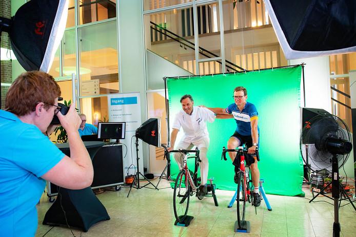 Bart Kiemeney fietst op de rollerbank 200 kilometer om geld op te halen voor onderzoek naar kanker.