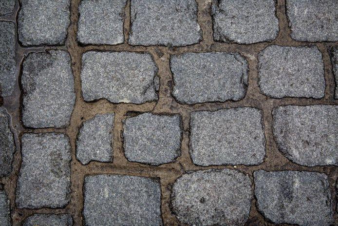 Zowel de stenen als het voegwerk is volgens het stadsbestuur van mindere kwaliteit in het eerste deel van de Geldmuntstraat.